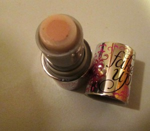 The combination of silky moisturizer and long-last concealer make Fakeup your eyes' best friend.